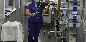 Enfermeira toca violino para pacientes com covid após turno; veja vídeo