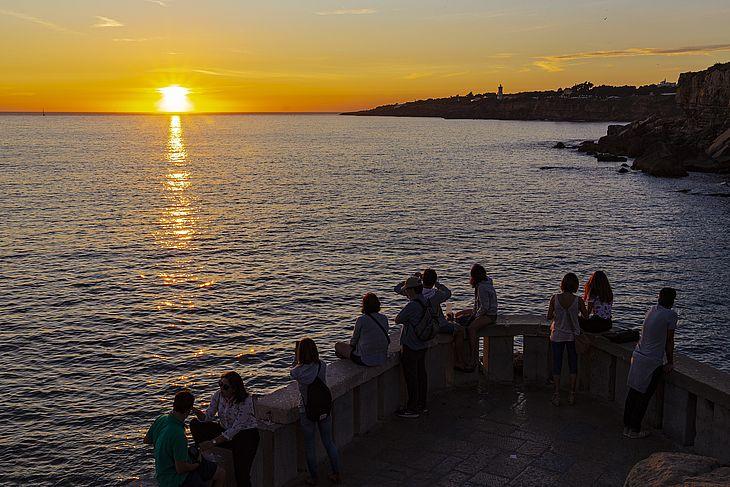 CASCAIS, PORTUGAL, 23.09.2017 - Vista do pôr do sol na praia de Cascais, uma das mais populares de Portugal