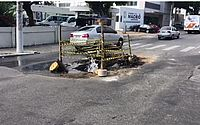 Cano estoura no meio da rua e volume d'água causa transtornos no Centro