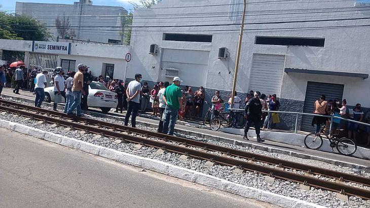 Populares se aglomeram para tentar inscrição na Secretaria de Habitação de Maceió