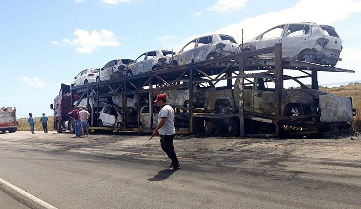 Carros ficaram destruídos