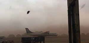Vídeo: Tempestade de poeira arrasta avião em Ribeirão Preto