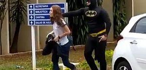 Pai vai buscar a filha na escola vestido de Batman; veja a reação dela