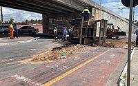 Caminhão-caçamba carregado de entulhos tomba e trava trânsito em Jacarecica; vídeo