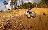 Vídeo: carro fica atolado após invadir areia da Praia de Jacarecica, em Maceió