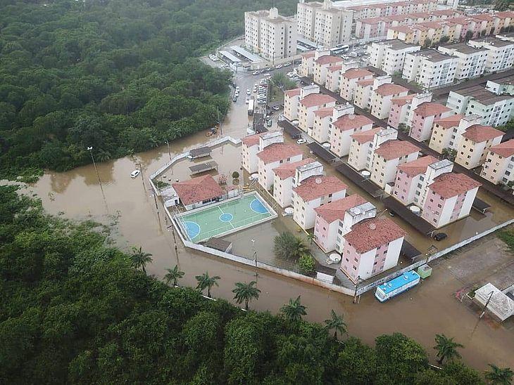 Água invadiu ruas e condomínios residenciais na capital do Estado.