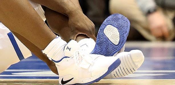 26b9a9be500 Ações da Nike caem após incidente com tênis rasgado durante jogo de basquete