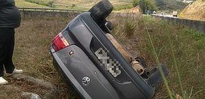 Carro é encontrado capotado às margens de rodovia em Rio Largo