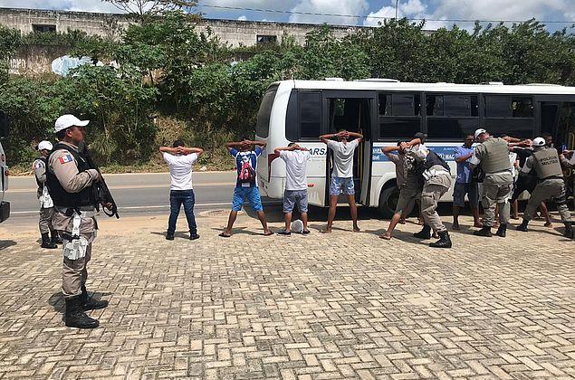 Polícia faz blitz e revista passageiros em Marechal Deodoro