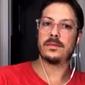 """Mulher de Fabio Porchat """"invade"""" live só de toalha e vídeo viraliza; assista"""