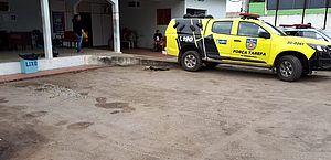 Mulher golpeia homem com facão e é contida por populares, em Arapiraca