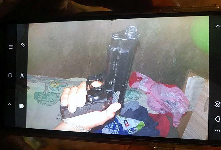 Foto de arma e drogas foram encontradas em um dos celulares apreendidos