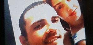 Imagem do casal de brasileiros registrada nas redes sociais e reproduzida pelo jornal Le Parisien