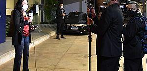 Uso de máscara transparente pode se tornar obrigatório para repórteres de TV