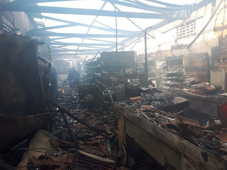 Estabelecimento foi completamente destruído pelas chamas