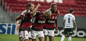 Flamengo bate Palmeiras e afasta rival da luta pelo título brasileiro