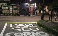 Moradores pintam 'Pare, seu corno' em rua de Fortaleza para alertar condutores