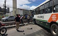 Acidente entre ônibus e VLT interrompe trânsito em parte da Avenida Buarque de Macedo