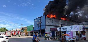 Vídeo: incêndio atinge estabelecimento no Tabuleiro e bombeiros são acionados