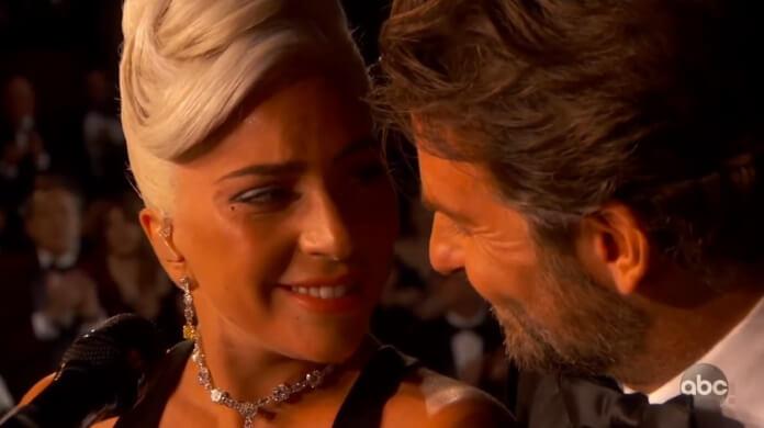 Notícia de que Gaga e Cooper estão morando juntos é falsa, diz site